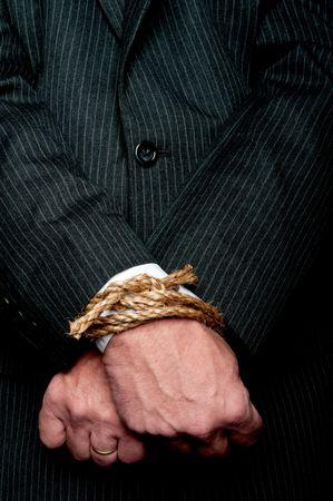 Una visi�n horizontal de un hombre de negocios con las manos atadas frente a �l. Concepto: