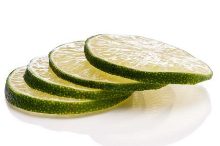 Un close-up horizontal de jugosas rebanadas de lima fresca cortada. Foto de archivo