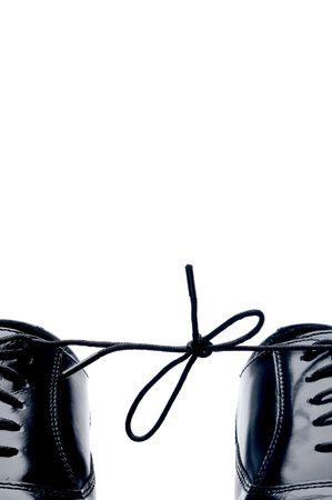 Vertikal close up of ein paar Business-Schuhe aus schwarzem Leder mit Schn�rung zusammen gebunden