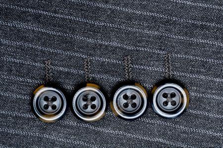 Close up von vier Tasten auf einer PIN-gestreiften Anzug Jacke