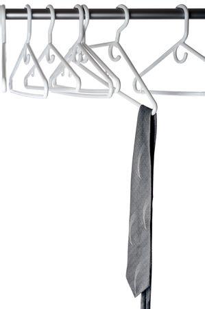 Een grijze band op een kleding hanger op een kast stang  Stockfoto