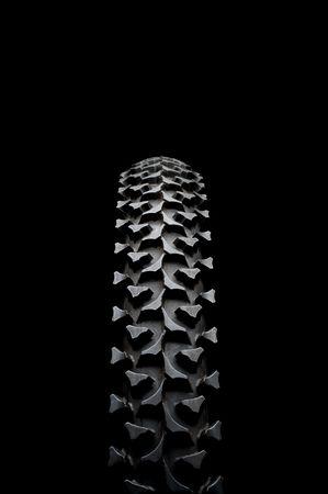 pisada: Vertical close up de un neum�tico de bicicleta de monta�a en negro  Foto de archivo