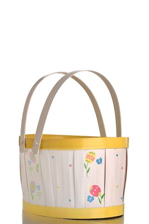 a vertical image of an empty Easter basket against a white BG Imagens