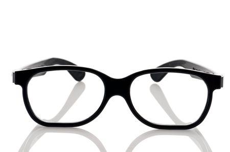 un par de lentes de ojo negro de nerdy enmarcado en una superficie reflectante blanca