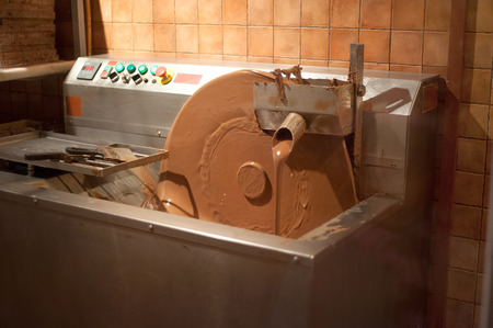 Conching machine for mixing the heated chocolate mass