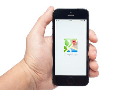 Pavlograd, Oekraïne - 31 oktober 2014: De Google Maps-app voor iPhone en iPad maakt het navigeren je wereld sneller en gemakkelijker. Vind de beste plekken in de stad en de informatie die u nodig hebt om er te komen.