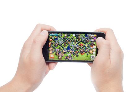 clash: Pavlograd, Ucrania - 31 de octubre 2014: Clash of Clans es un popular juego de estrategia en l�nea para iPad, iPhone y Android. Creado por la compa��a Supercell en 2012. Editorial