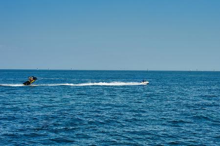 """atracci�n: Odessa, Ucrania - 31 de agosto, 2015: La hydrocycle remolca el pl�tano embarcaci�n inflable. Una atracci�n de mar """"que conduce en banana"""" Editorial"""