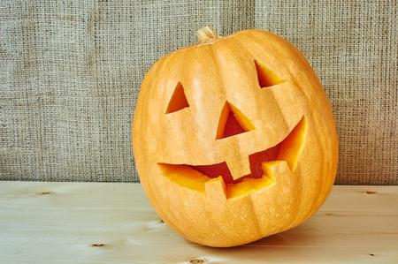 calabaza: naranja de la calabaza de Halloween en un fondo de madera en un estilo r�stico. Fondo de las calabazas de Halloween hermoso del oto�o con el lugar para el texto Foto de archivo