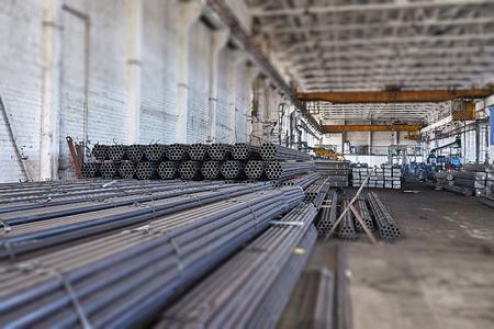 Tubi di metallo in un magazzino. Pile di nuovo tubo di acciaio tondo in fabbrica. effetto tilt-shift Archivio Fotografico - 50896706