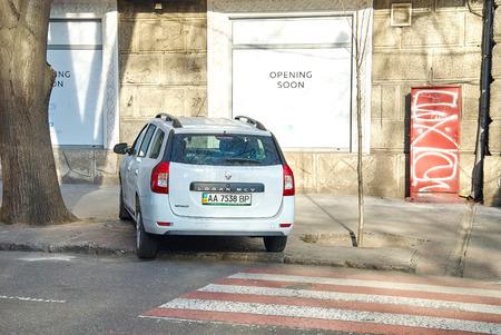 señales trafico: ODESSA, Ucrania - 16 de enero, 2016:? Ar está estacionado en un paso de peatones. estacionado indebidamente coche. La violación de las normas de tráfico.