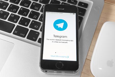 telegrama: Krivoy Rog, Ucrania - febrero de 9, 2016: 5s iPhone con redes sociales telegrama de servicio en la pantalla. Editorial
