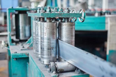 Roulant machine de moulin pour rouler en tôle d'acier. effet de changement d'inclinaison