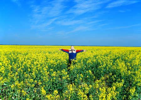 草原に幸せな少年 写真素材