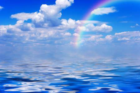 Cielo azul y nubes después de la lluvia debajo del mar con el arco iris Foto de archivo - 1544605