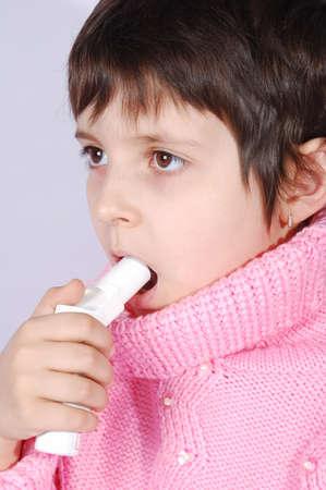 吸入器を持つ子供