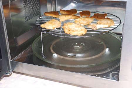 電子レンジ オーブンで調理された肉をローストします。