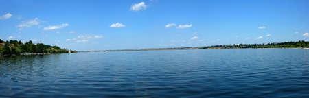 曇りの青い空と穏やかな川のパノラマ 写真素材
