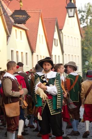 """mosquetero: Rothenburg, Alemania - el 5 de septiembre: Intérpretes de la Edad Media """"Festival de la Ciudad Imperial"""" anual, vestidos con trajes históricos el 5 de septiembre de 2014 en Rothenburg, Alemania"""
