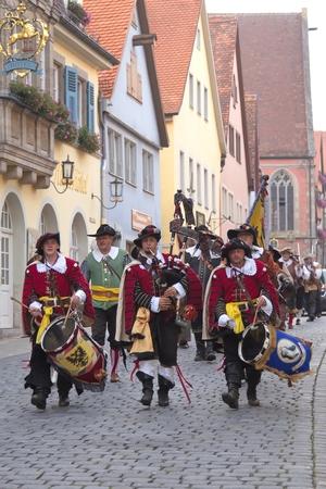 """mosquetero: Rothenburg, Alemania - el 5 de septiembre: Int�rpretes de la Edad Media """"Festival de la Ciudad Imperial"""" anual, vestidos con trajes hist�ricos el 5 de septiembre de 2014 en Rothenburg, Alemania"""