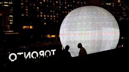 トロント - 10 月 1 日: (監督 x 太陽の死)、忘却は 2016 年 10 月 1 日に、トロントでニュイ ブランシュ中ネイサン フィリップス スクエアで光のインスタ