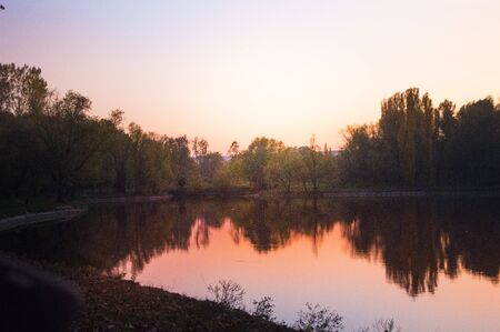 Sunset over the lake in the park in the fall Imagens