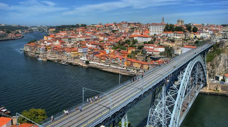 Douro River and Dom Luis I Bridge in Porto, Portugal Stock Photo - 68994360