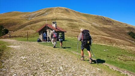 Pellegrini che attraversano i Pirenei atlantici sul Cammino di Santiago francese (Rotta di Napoleone)
