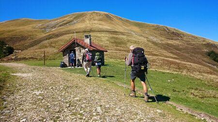 Peregrinos cruzando los Pirineos Atlánticos por el Camino de Santiago Francés (Ruta Napoleón)