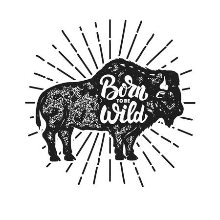 Nato per essere selvaggio. Siluetta del bisonte di stile di lerciume isolata su fondo bianco. Elementi di design per logo, etichetta, emblema, segno. Illustrazione vettoriale