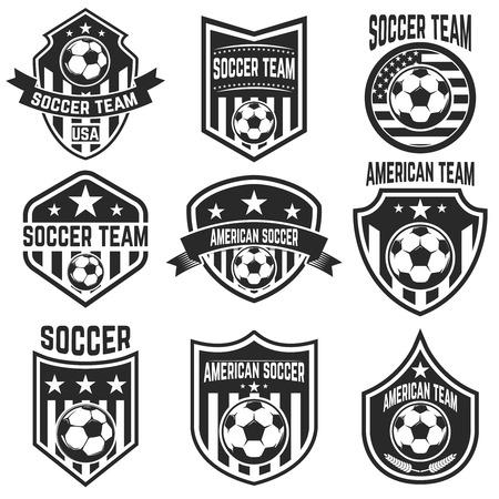 Set van Amerikaanse voetbalteam labels. Emblemen met voetbalballen. Vector illustratie Stock Illustratie