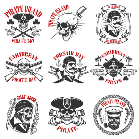 Pirate emblemen on witte achtergrond. Corsair schedels, wapen, zwaarden, geweren. Ontwerpelementen voor logo, label, embleem, bord, poster, t-shirt. Vector illustratie Stock Illustratie
