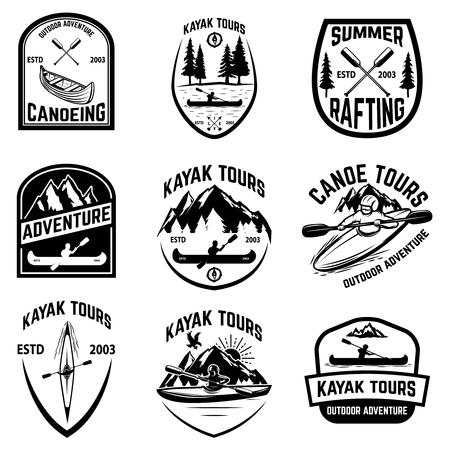 Set van kano badges geïsoleerd op een witte achtergrond. kajakken, kanotochten. Ontwerpelementen voor logo, label, embleem, teken. Vector illustratie