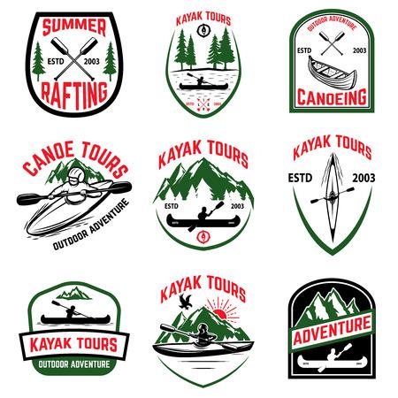 カヤック ツアーのエンブレムのセットです。カヤック、カヌーします。紋章、記号、ラベル、ロゴのデザイン要素です。ベクトル図