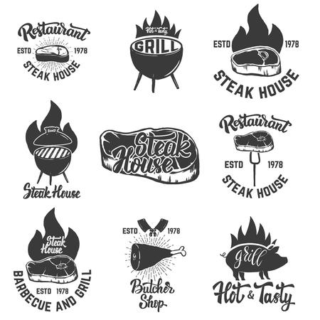 ステーキハウス エンブレムのセットです。肉のグリル。ロゴ、ラベル、紋章、記号、バッジのデザイン要素です。ベクトルの図。