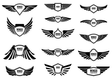 Set di emblemi in bianco con le ali. Elementi di design per emblema, segno, etichetta. Illustrazione vettoriale Vettoriali