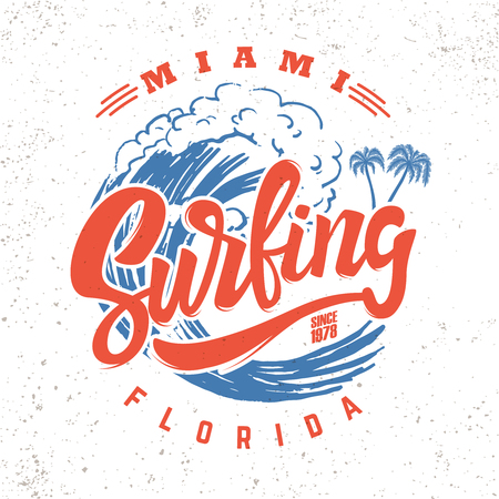 Surfen in miami. Belettering zin op achtergrond met zeegolf