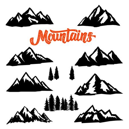 Insieme delle illustrazioni di picchi di montagna su priorità bassa bianca. Elemento di design per logo, etichetta, emblema, segno. Immagine vettoriale