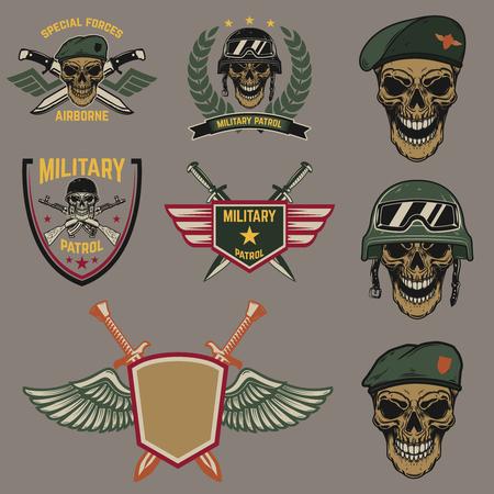 Set di emblemi militari. Teschio di paracadutista con coltelli incrociati. Elemento di design per logo, etichetta, emblema, segno. Illustrazione vettoriale