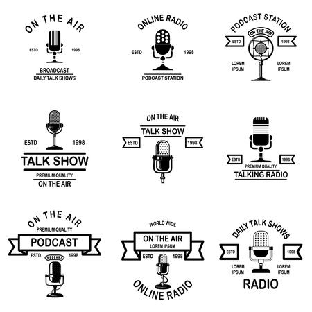 Podcast-Set, Radioembleme mit Mikrofon. Gestaltungselement für Logo, Etikett, Schild, Abzeichen, Poster. Vektor-Illustration Logo