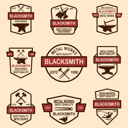 Satz von Schmiede- und Eisenwerkemblemen. Gestaltungselement für Logo, Etikett, Schild, Poster, T-Shirt. Vektor-Illustration