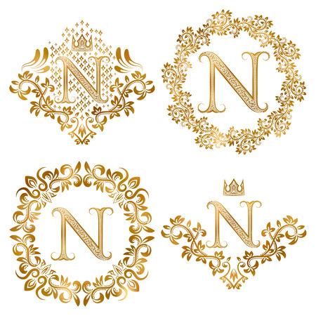 Gouden brief N vintage monogrammen set. Heraldische monogram in wapenvorm, letter N in bloemen rond frame, letter N in krans, heraldische monogram in florale decoratie met kroon. Stock Illustratie