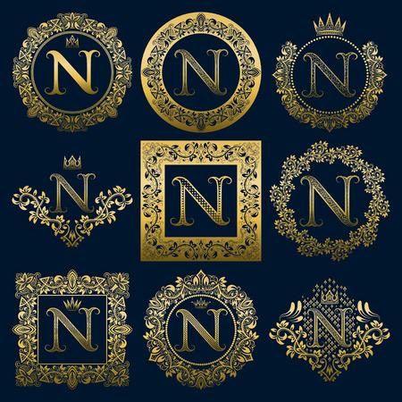 Set di monogrammi vintage della lettera N. Araldico dorato in corone, cornici rotonde e quadrate.
