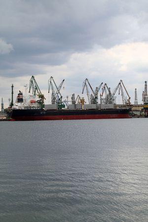 bandera panama: VARNA, BULGARIA - 03 de octubre: Buque de carga isla de LAUREL (a�o construido: 2005, bandera: Panam�) se carga con 9885 toneladas de semillas de girasol en el puerto de Varna-oriental en octubre de 2010 en Varna, Bulgaria.