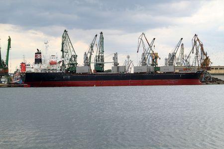 bandera panama: Buque de carga de VARNA, BULGARIA - 03 de octubre: Isla de LAUREL (a�o construido: 2005, bandera: Panam�) est� cargado con 9885 tonos de semillas de girasol en puerto de Varna-Oriente el 03 de octubre de 2010 en Varna, Bulgaria. Editorial