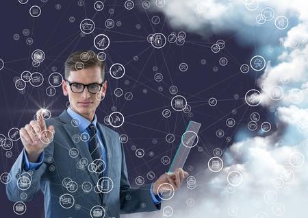 Rührende Verbindungsikonen des Geschäftsmannes gegen digital erzeugten Hintergrund mit Wolken Standard-Bild