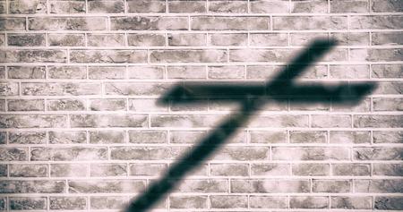 Close-up van 3d houten kruis tegen bakstenen muur achtergrond Stockfoto