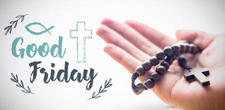 viernes santo: Pascua mensaje contra la mano sosteniendo rosario cuentas Foto de archivo