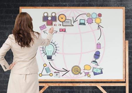 黒板にグラフィックを描画ビジネス女性のデジタル合成