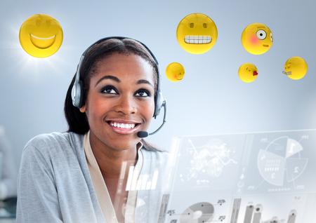 Composite numérique d'une femme du service clientèle avec des émoticônes et des reflets sur fond bleu Banque d'images - 75790906